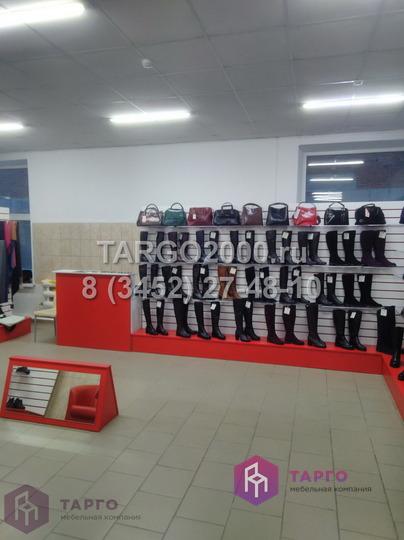 Экономпанели на подиуме с полками для обуви