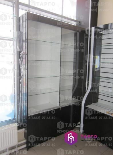 Витрина с раздвижными дверями из стекла.jpg